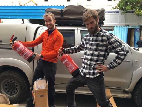 """Ross och Emil med de brandsläckare som man måste ha enligt egyptisk lag. Alltså """"lagen säger"""" att man måste ha just de som säljs på hamnen just då."""